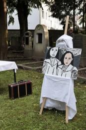 """Den Namen Gesichter geben, den Opfern ihre Geschichte zurückgeben. Inszenierung während des stadtweiten Theaterprojekts """"Spurensuche"""" im Juni 2013."""