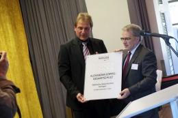 Oberbürgermeister Norbert Feith überreichte Schulleiter Andreas Tempel das neue Türschild.